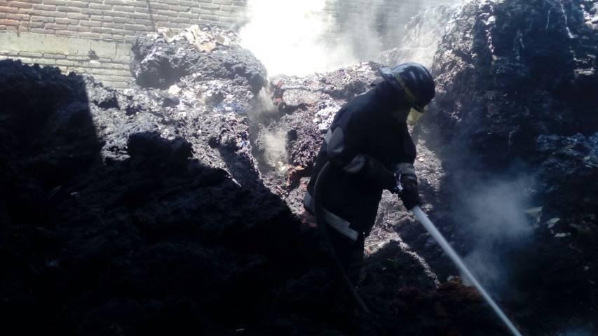 Sofoca bomberos incendio en nave textil en Xiloxoxtla