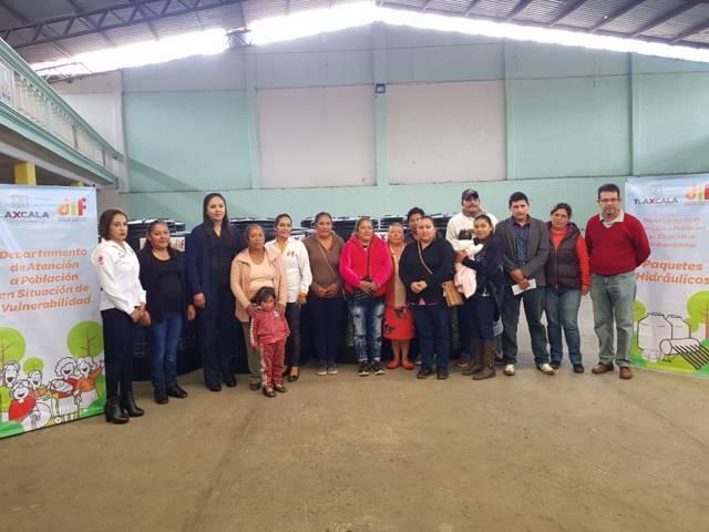 Alcalde apoya la economía de 20 familias entregando paquetes hidráulicos