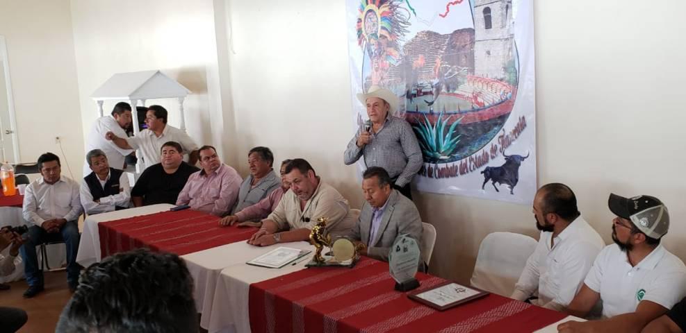 Galleros reconocen apoyo de Amaro en el Congreso del Estado