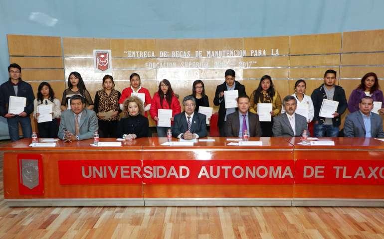 Entrega Rector de la UAT becas de manutención para la educación superior