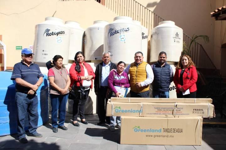 Entregan en Apetatitlán tinacos, cisternas y calentadores solares a familias
