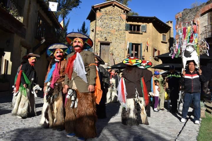 Los Chivarrudos y el torito de Zacatelco llegaron a Val ´Quirico