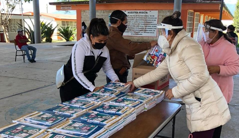 Inicia la entrega de libros gratuitos en Tepetitla bajo medidas preventivas