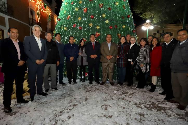 Encabeza secretario de gobierno encendido del árbol y luces navideñas