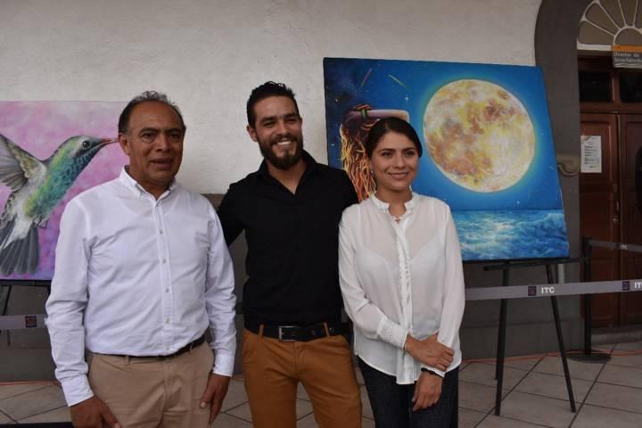 Julián Vásquez pintor colombiano presenta sus obras en Zacatelco