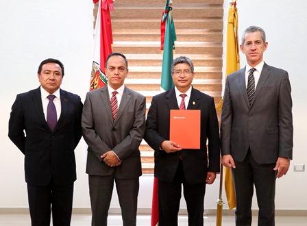 Recibe rector de la UAT becas Santander para movilidad