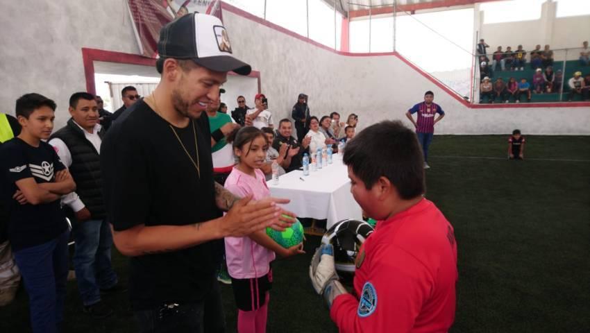 Alcalde contribuye con el deporte entregando balones a equipos de fut 7