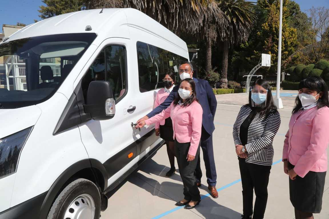 Entregan un vehículo a escuela Normal Rural Benito Juárez