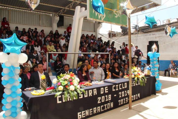 Alcalde apadrina egresados de la primaria Juárez de Zacatzontetla