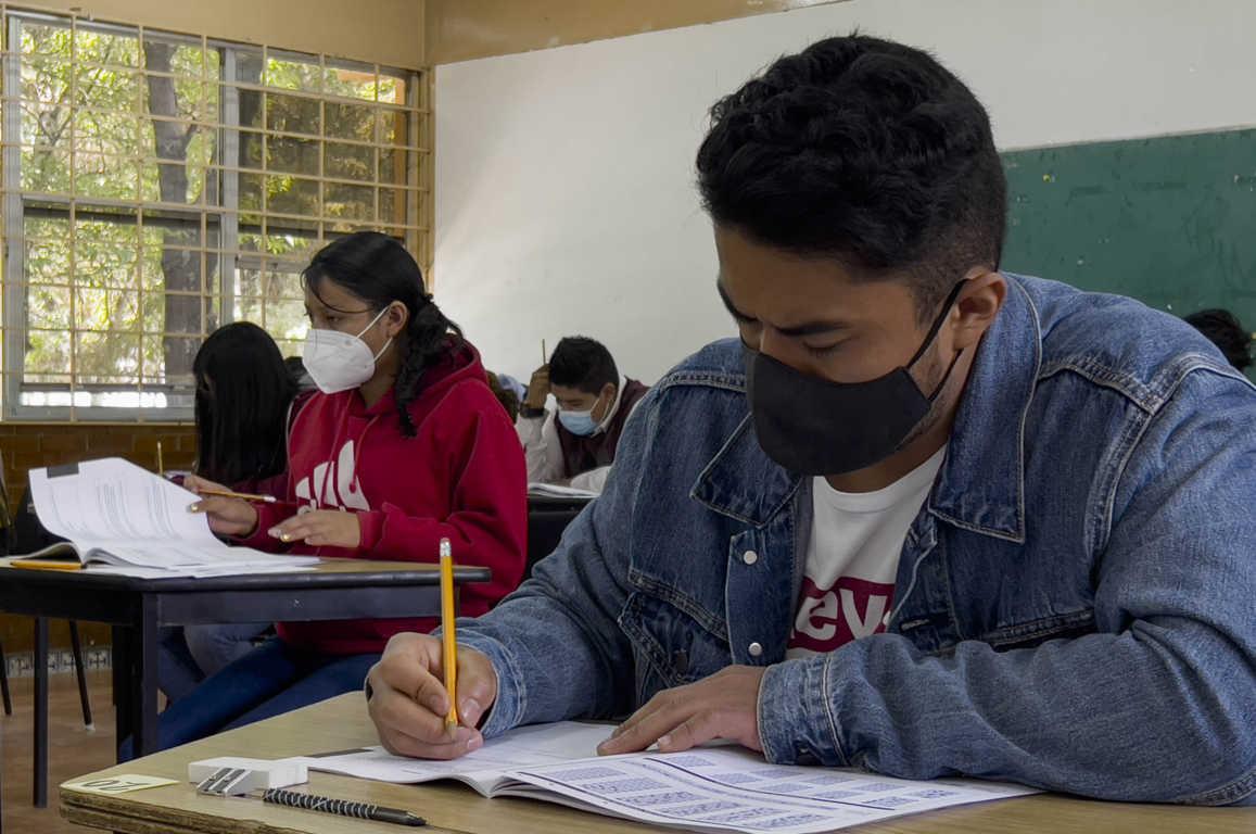 Aplican examen de admisión aspirantes a las escuelas normales