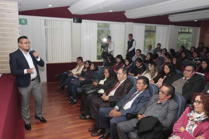 Exponen en la UATx el rumbo de la educación en México