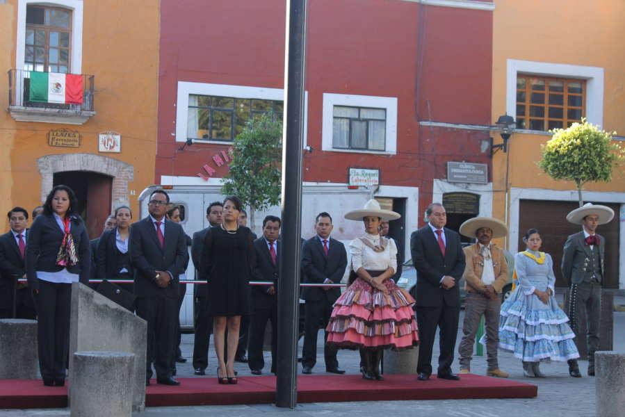 Realiza Ayuntamiento de Papalotla arrío de bandera en la capital