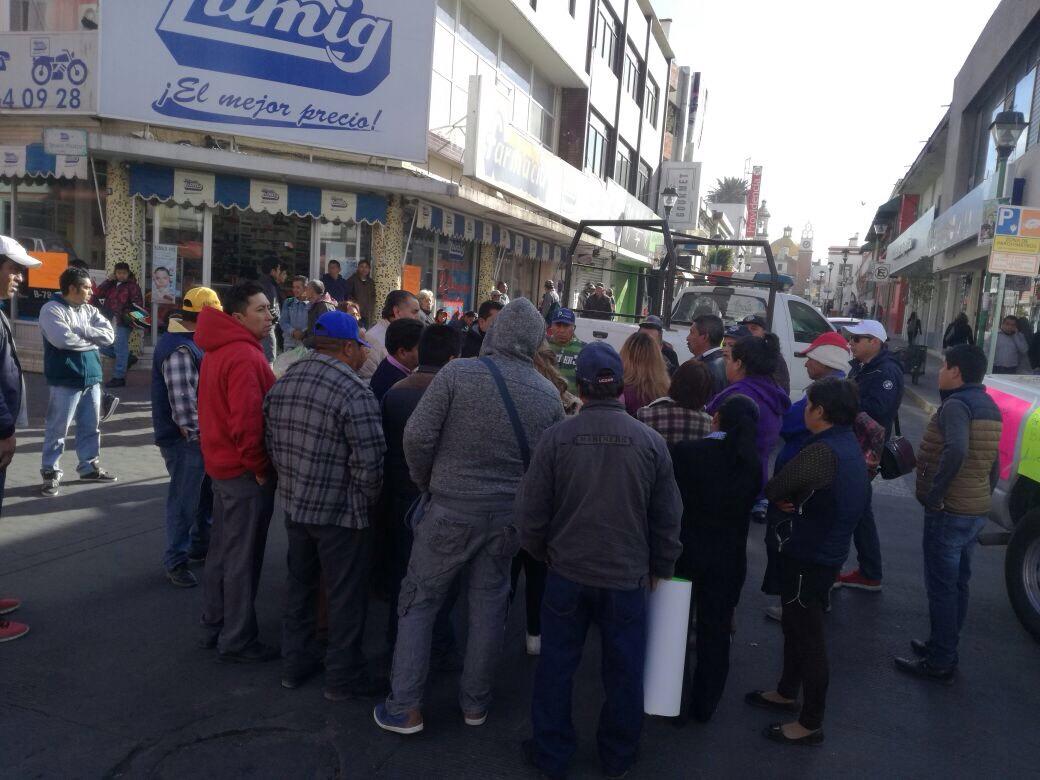 Bloquean calles para exigir a alcalde recursos para las comunidades de Chiautempan