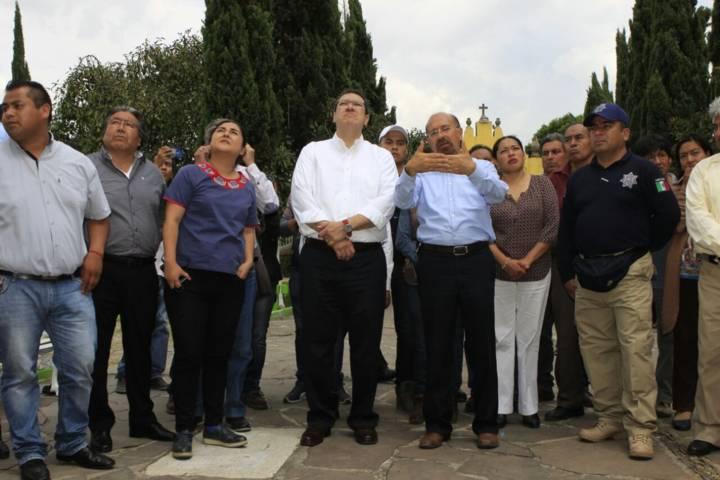 El gobernador Marco Mena recorre la iglesia de Tepeyanco