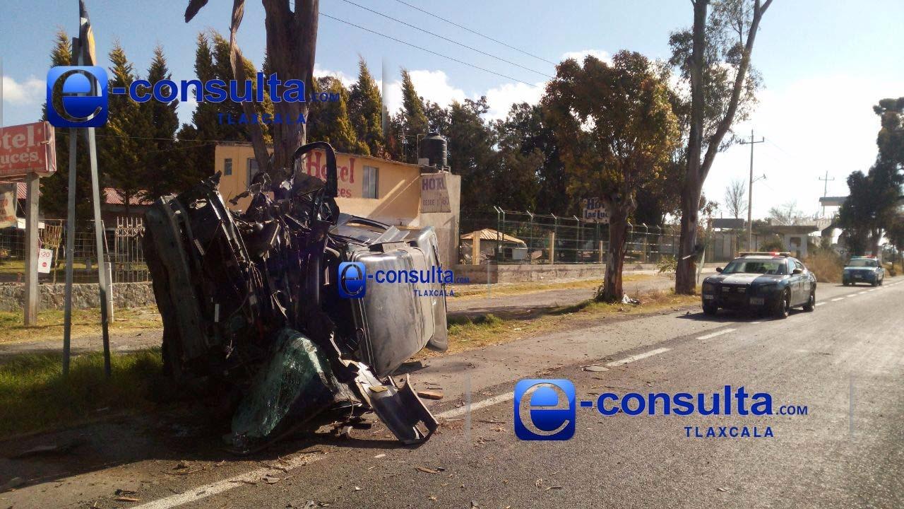 Salvan la vida dos hombres que impactaron su camioneta vs un árbol