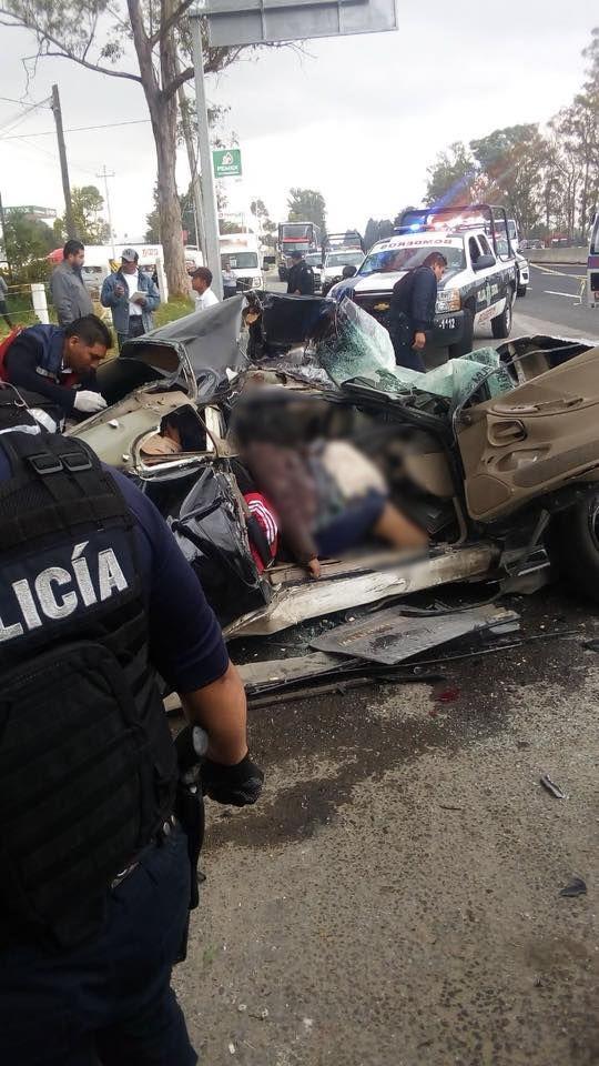 Muere pareja en choque vs tráiler estacionado en Xaloztoc, hay dos menores graves