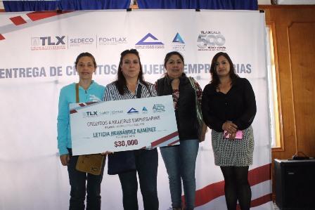 Entrega Fomtlax créditos a mujeres por más de 270 mil pesos