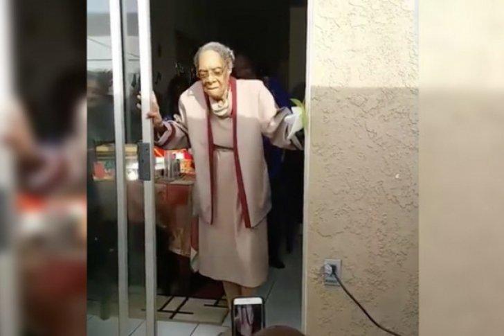Una mujer de 100 años celebra su cumpleaños con un baile espectacular