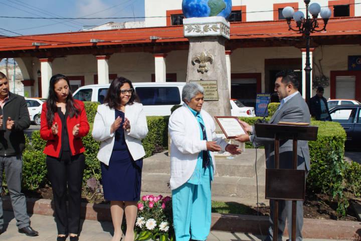 Alcalde realiza un tributo en el monumento a las madres con una ofrenda floral