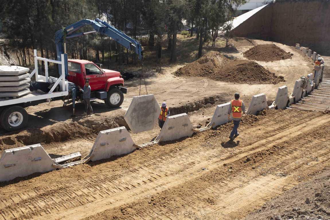 Coloca SECODUVI trabes del nuevo puente vehicular en el distribuidor Vial Xicohténcatl