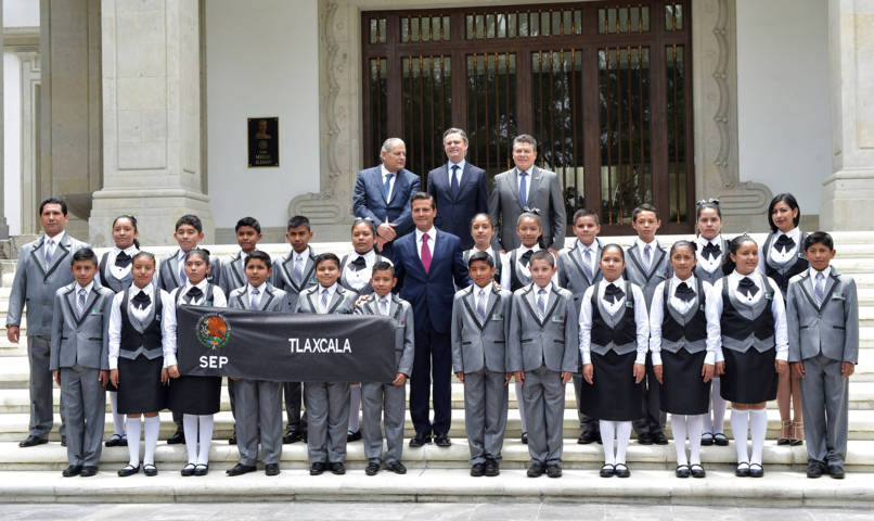 Recibe Peña Nieto a alumnos destacados de Tlaxcala