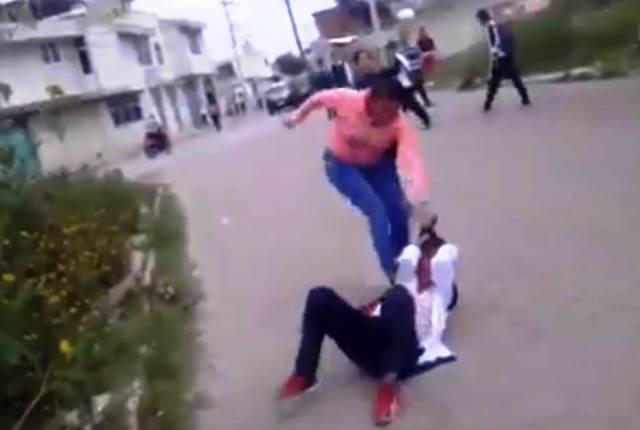 Señora golpea y arrastra a alumna que molestaba a su hija