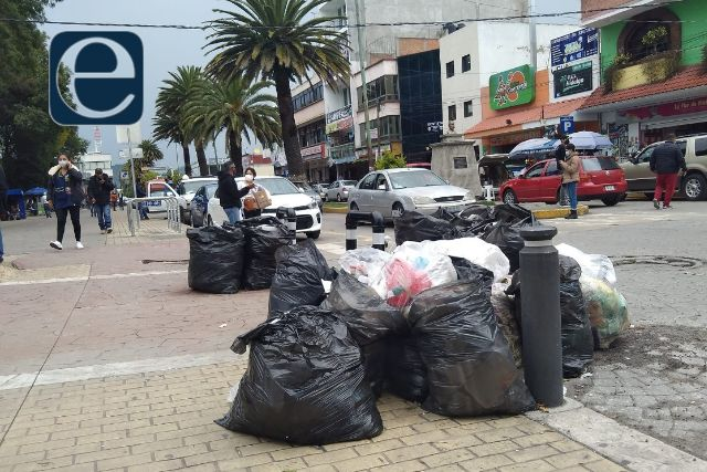 Amanecen calles de Apizaco con bolsas de basura