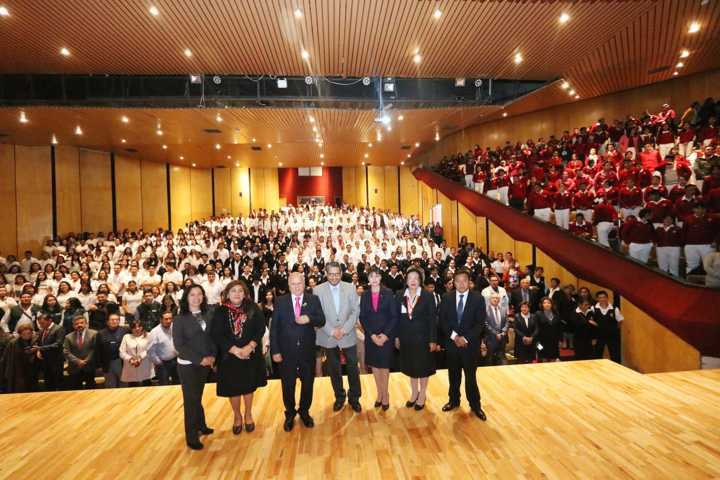 Recibe la UATx delegación de universitarios de Perú