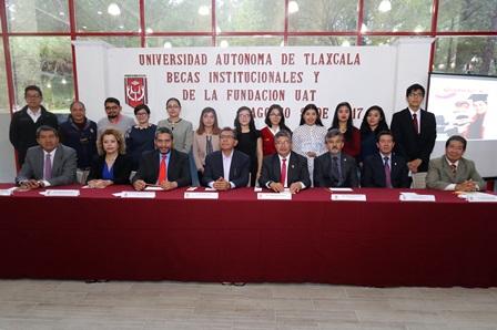 Entrega UAT becas institucionales y de la fundación universitaria