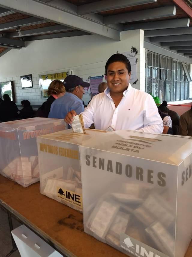 Alcalde de Tequexquitla cumple su derecho a votar