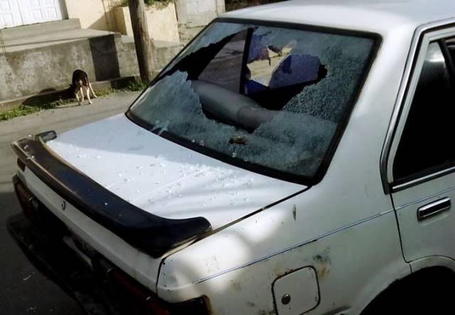 Policías de Contla destruyen a batazos vehículo