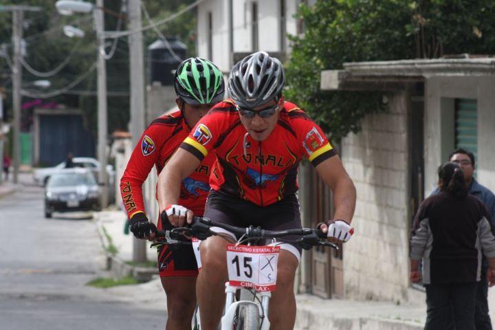 Recorren ciclistas circuito a campo traviesa en Quiahuixtlán
