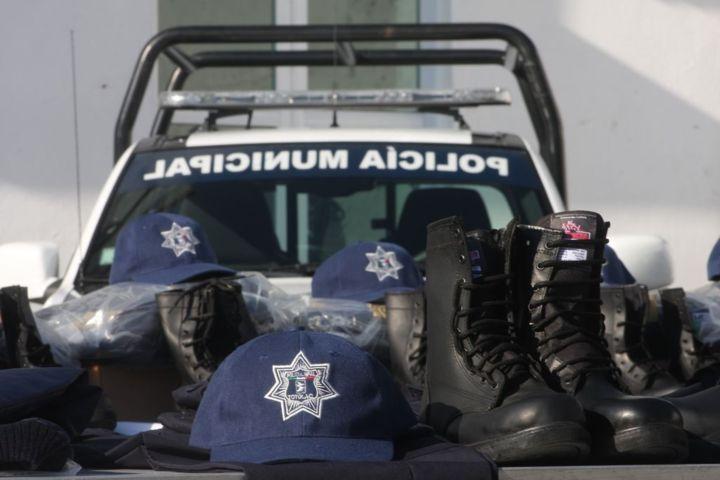 Entrega Totolac uniformes a policías y paramédicos y confirma aumento a salario