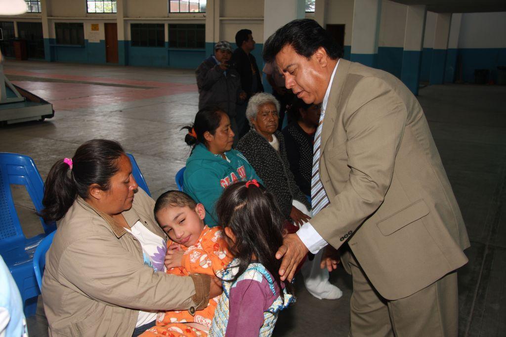 Entrega alcalde de Totolac sillas de ruedas