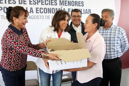 Sandra Chávez entrega paquetes de especies menores a familias de Tlaxcala