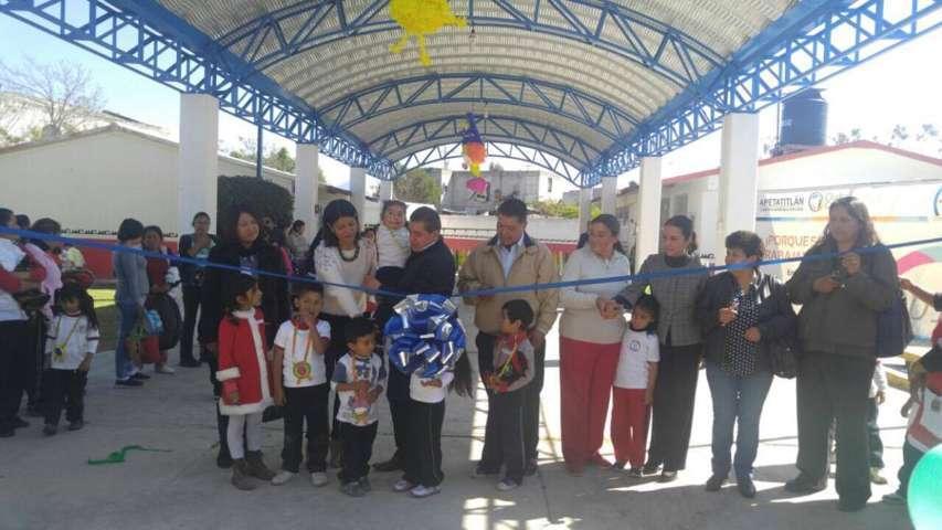 Con obras y acciones, Ayto. de Apetatitlán beneficia a centenas de estudiantes