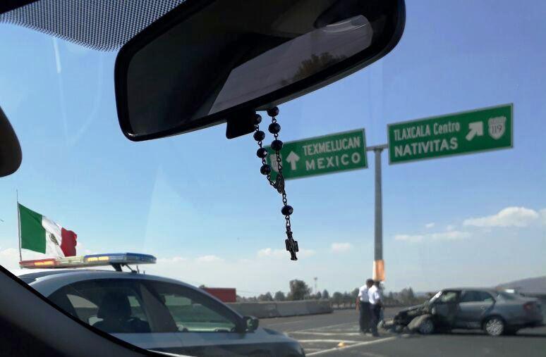 Aparatoso choque de un auto se registra en periférico de Tlaxcala