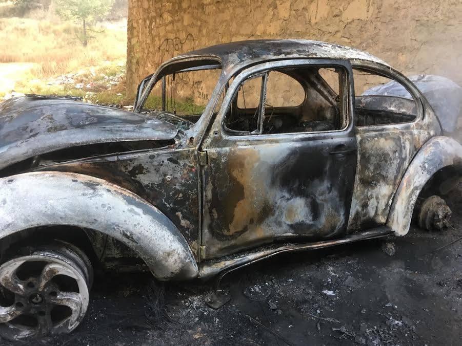 Fuerte encontronazo provoca que se incendie automóvil