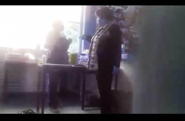 Enfurece directora de técnica 40 y lanza a la calle a sus alumnos