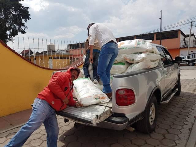 León Garfias fortalece la economía de los campesinos entregando fertilizante