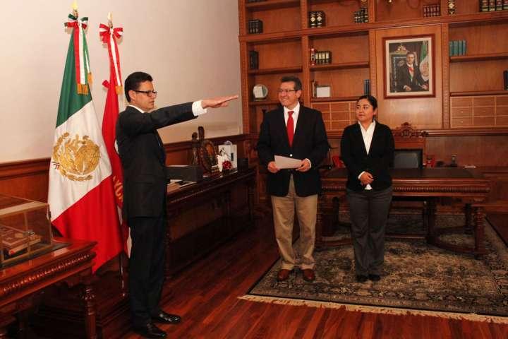 Gobernador toma protesta a Martín Macías como notario público