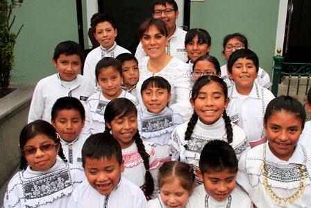 Recibe Sandra Chávez a niños del coro