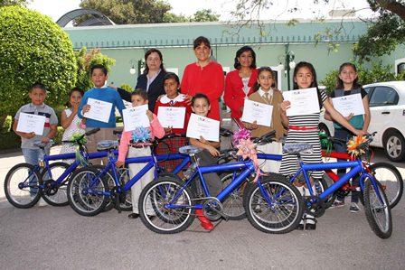 Entrega Sandra Chávez premios a niños escritores tlaxcaltecas