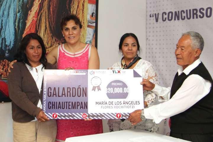Premian a ganadores del Quinto Concurso del Sarape Tradicional Tlaxcalteca