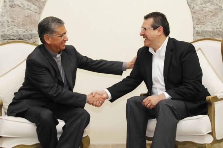 Se reúnen Marco Mena y Obispo de Tlaxcala; refrendan relación