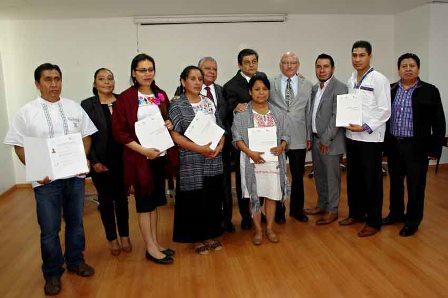 Entregan certificados a capacitadores de salud en lengua Náhuatl