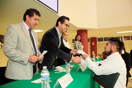 Entrega Manuel Camacho 101 becas a estudiantes de la UPTrep