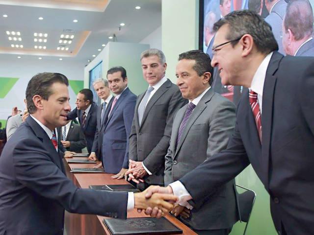 Firma Marco Mena convenio para la formalización del empleo