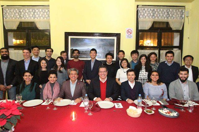 Sostiene reunión Marco Mena con estudiantes de Chicago