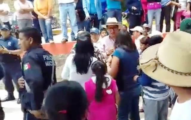 Repudian pobladores al edil de Texoloc y le toman alcaldía